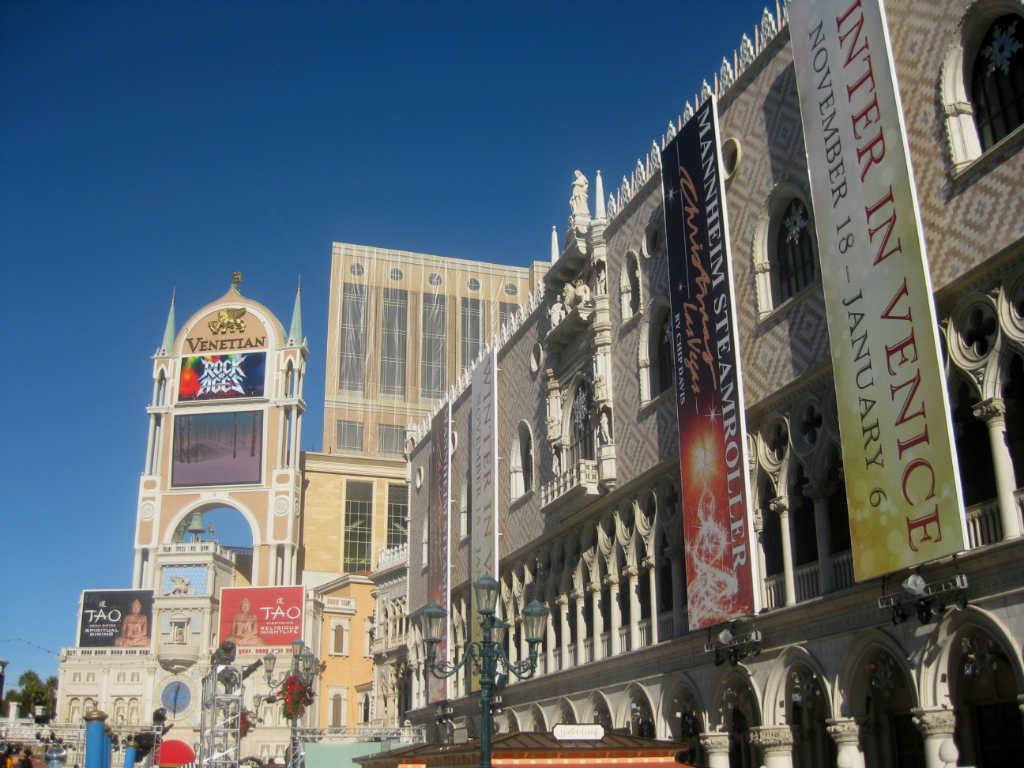 Fun-times-in-Vegas-Lady.Travel-Grip